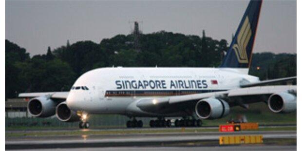 Airbus A380 rollt in Singapur ins Gras