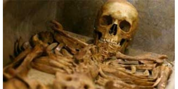 Skelett trug deutschen Wehrmachtshelm