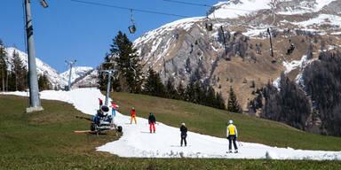 Skifahren auf der grünen Wiese