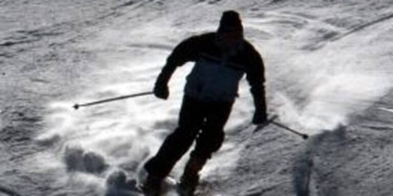 Skifahrer stürzen in Doline ab