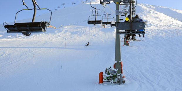 Frau fällt aus Ski-Lift: Schwer verletzt