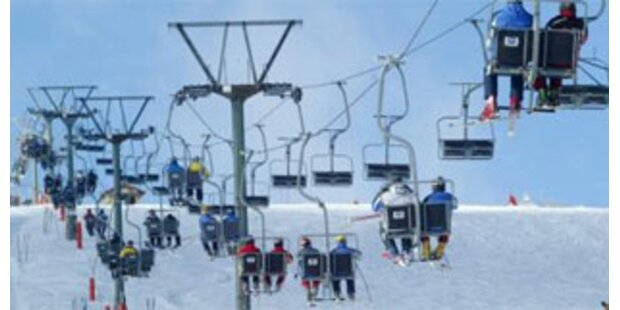 Schüler stürzte aus Tiroler Lift zwölf Meter auf Piste