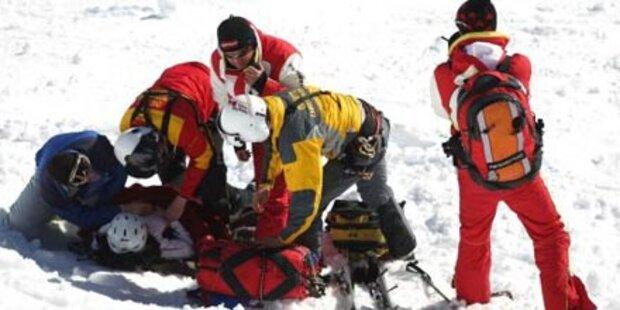 Bub (6) prallt beim Skifahren gegen Bretter