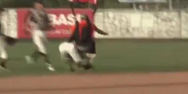 Autsch: Skydiver knockt Baseballspieler aus
