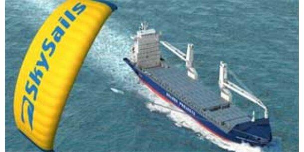 Container-Frachter mit Segel ausgestattet