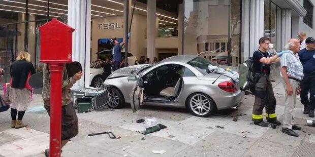 Mercedes-Roadster springt in Tesla-Schauraum