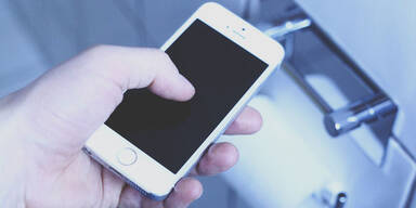 Smartphone NIE im WC oder Bad benutzen
