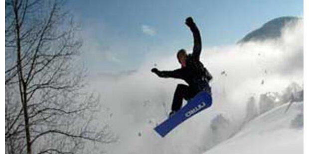 Snowboarder stürzte über Abhang