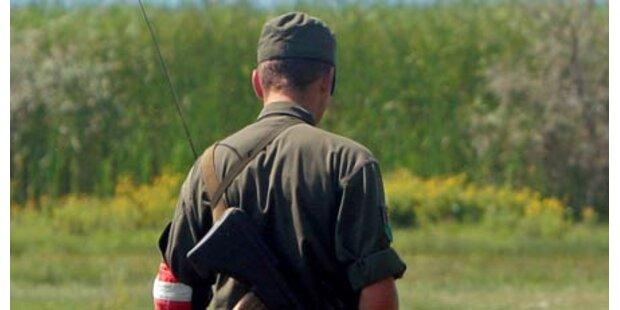 Soldat jagt sich Splitter in den Daumen