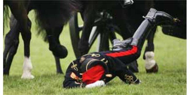 Soldatin legt sich vor der Queen auf die Nase