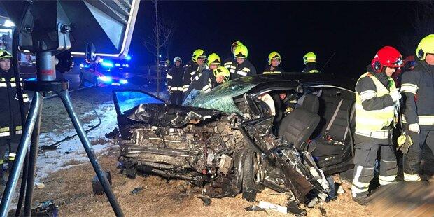 Auto bei Horror-Crash zerfetzt: 2 Tote