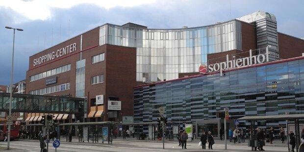 Mob verfolgt Mädchen im Einkaufszentrum