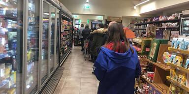 Erste Hamsterkäufe starten schon wieder | Schlangen im Supermarkt