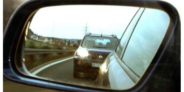 Lkw-Außenspiegel köpft Mann auf Autobahn
