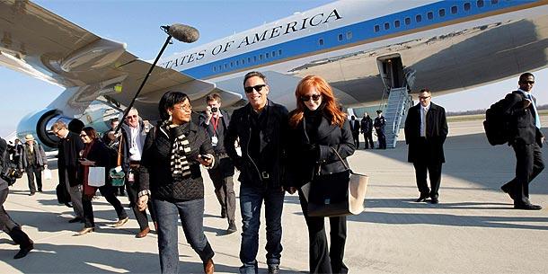Bruce Springsteen und seine Frau Patti Scialfa vor der Air Force One