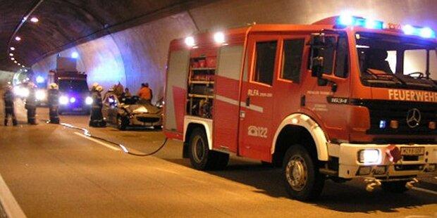 Auto rast im Tunnel in Lkw