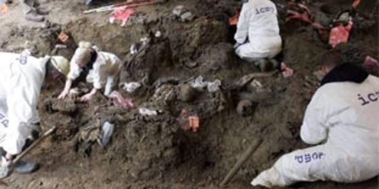 Bosnische Forensiker beim Ausheben eines Massengrabes
