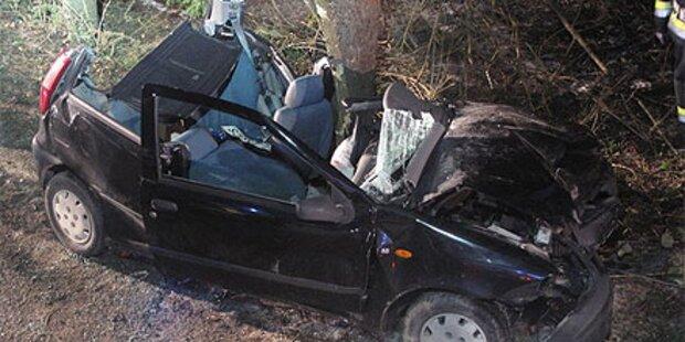 Auto kracht in Baum - Fahrer in Lebensgefahr
