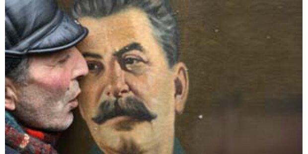 Russen verherrlichen Stalin in Schulbuch