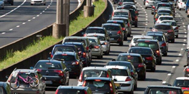 Reifenplatzer: 14 Autos durch Lkw beschädigt
