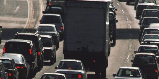 A23: Kranwagen-Unfall verursacht Mega-Stau
