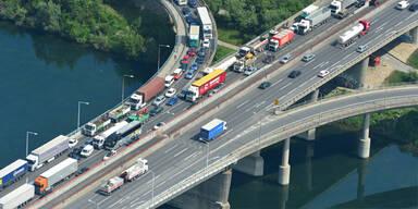Mega-Stau: Lkw-Unfall legt A23 lahm