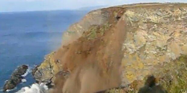 Steilküste bricht und stürzt ins Meer
