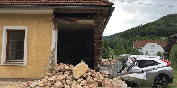 Auto-Lenker crasht in Hauswand – tot