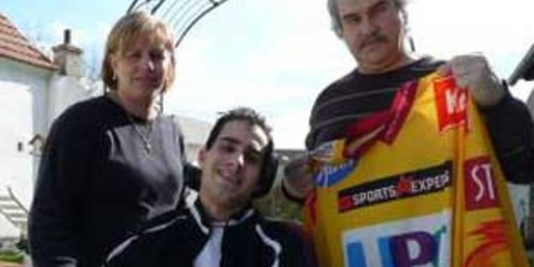 Das Opfer Manfred Steiner im Rollstuhl mit seinen Eltern.