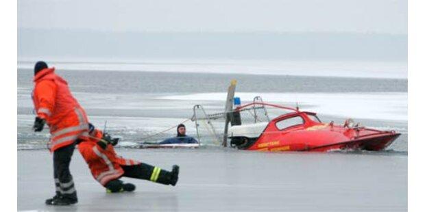 Feuerwehr bei Hilfseinsatz im Eis eingebrochen