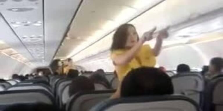 Stewardessen tanzen Sicherheitsvorkehrungen