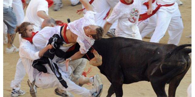 Läufer von Stier im Gesäß aufgespießt