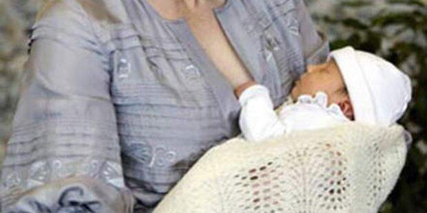 Mutter stillt ihr Baby hinterm Lenkrad