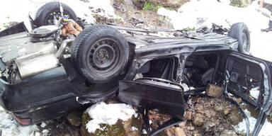 Auto stürzt 50 Meter tief ab
