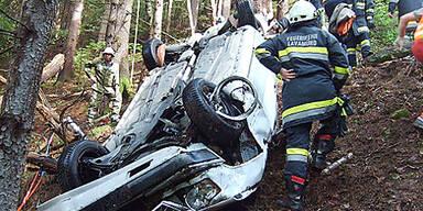 Frau bei Fahrzeugabsturz getötet