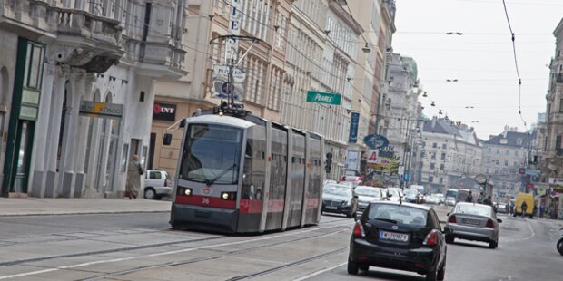 Bub von Straßenbahn erfasst