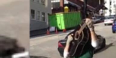 Straßenkünstler glänzt mit Multitasking