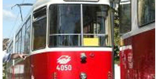Fußgänger von Straßenbahn erfasst - tot