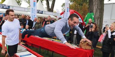Sportminister Strache als Überflieger