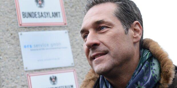 FPÖ-Spitze demonstriert gegen Traiskirchen