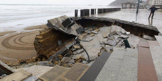 Zerstörte Strände nach Riesenwellen