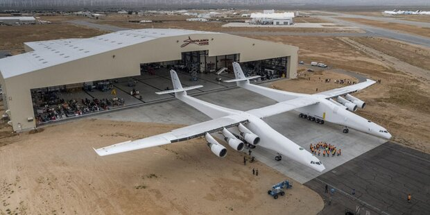 Weltgrößtes Flugzeug rollte aus Hangar