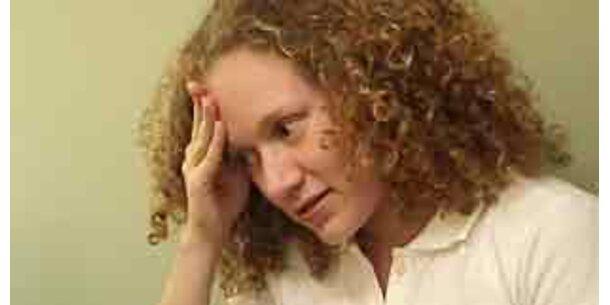 Viele Männer im Raum verursachen Stress bei Frauen