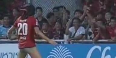 Fußballer fliegt nach Striptease vom Platz