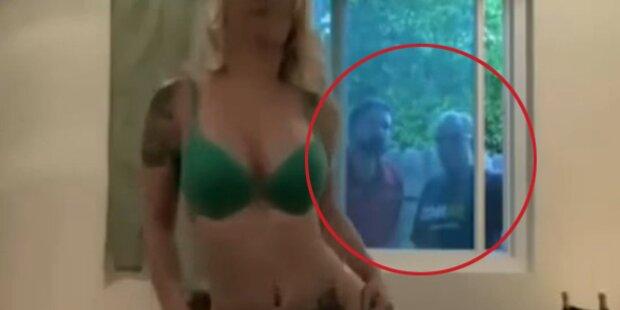 Sexy Nachbarin beim Strippen erwischt