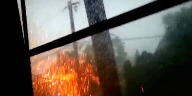 Heftige Explosion: Blitz trifft Strommast