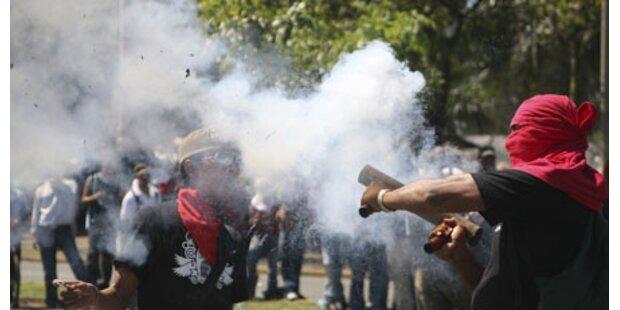 Studenten attackieren Parlamentsgebäude