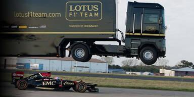 Lkw springt über fahrendes Formel-1-Auto