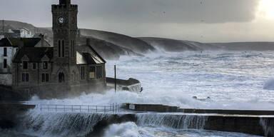Sturm mit Riesenwellen in Großbritannien