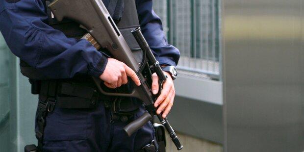 Polizist von Kollegen mit Sturmgewehr-Querschläger getroffen